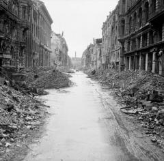 Destruction_in_a_Berlin_street.jpg